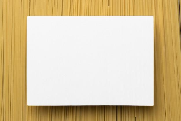 Cadre de pâtes vue de dessus avec papier