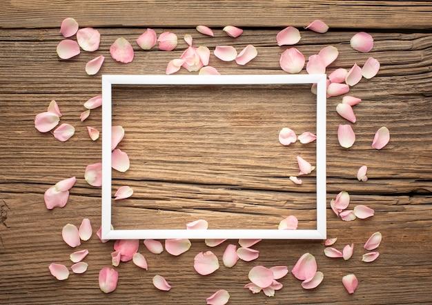 Cadre avec pétales de fleurs