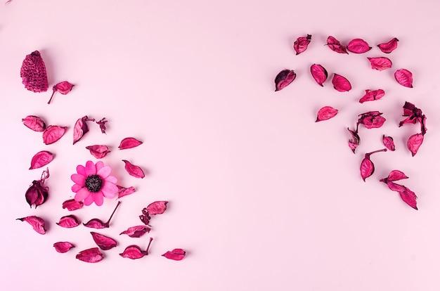 Cadre de pétales roses sur une table