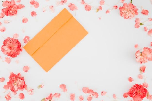 Cadre de pétales vue de dessus avec enveloppe