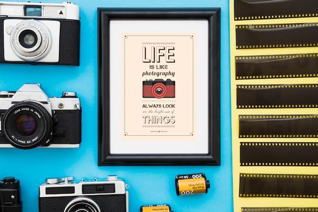 Cadre photo au milieu des caméras et des films