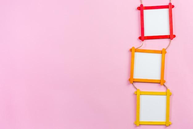 Cadre photo blanc en bâtons de bois popsicle