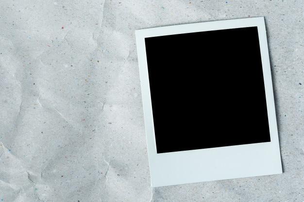 Cadre photo blanc sur fond de papier de texture blanc.