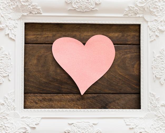 Cadre photo blanc avec motifs de fleurs et symbole du coeur