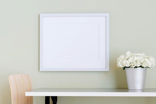 Cadre photo blanc sur le mur avec table et fleur dans un vase. rendu 3d.