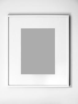 Cadre photo blanc vierge sur mur blanc