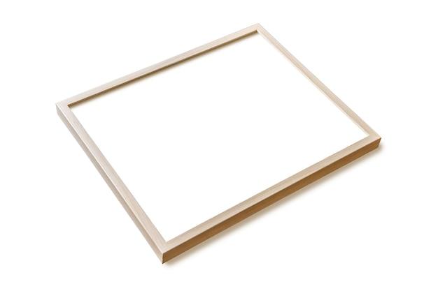 Cadre photo en bois accroché sur un mur blanc