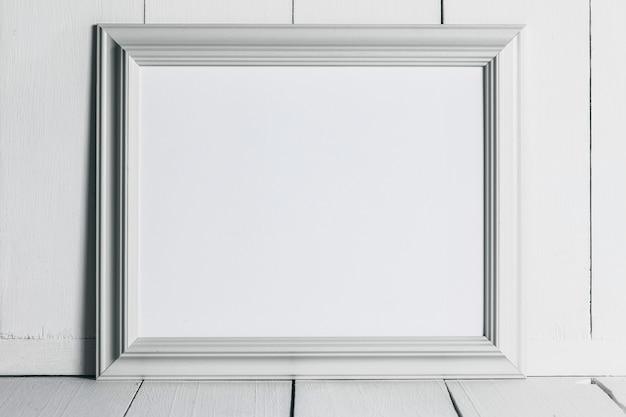 Cadre photo en bois blanc vintage avec espace copie blanche vierge