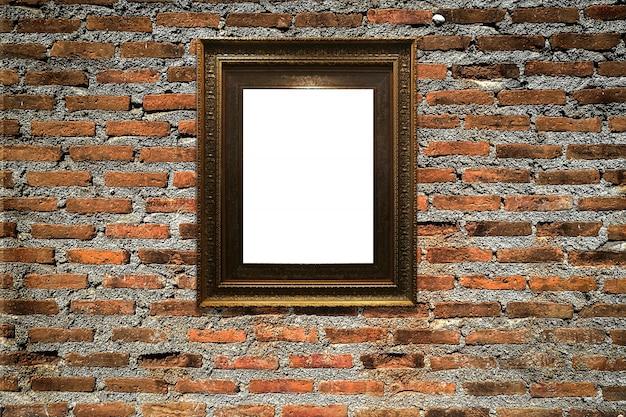 Cadre photo en bois sur fond de mur ancien