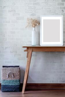 Cadre photo en bois maquette sur table en bois.