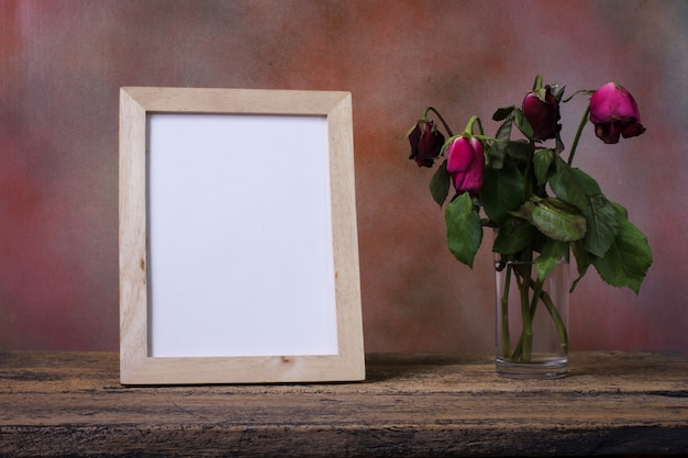 Cadre photo en bois vide sur la table