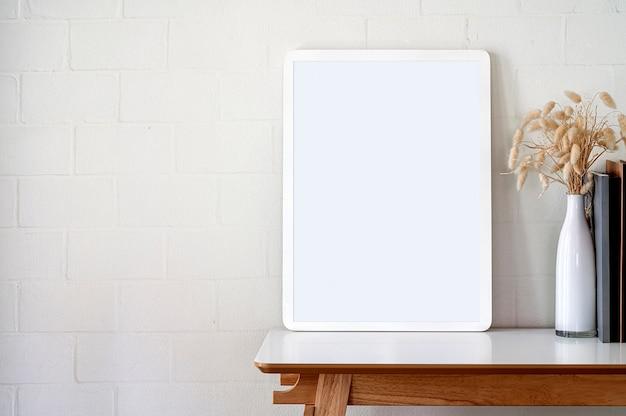 Cadre photo en bois vierge maquette sur table supérieure blanche.