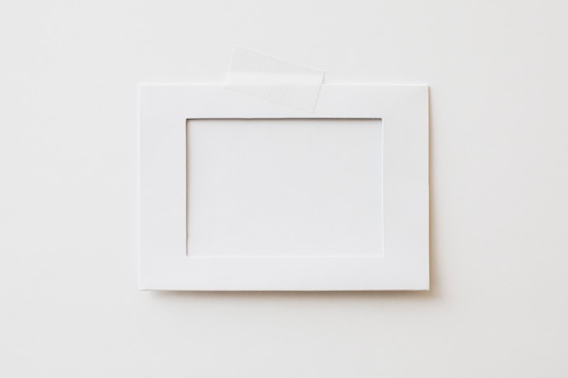 Cadre photo en carton sur fond blanc