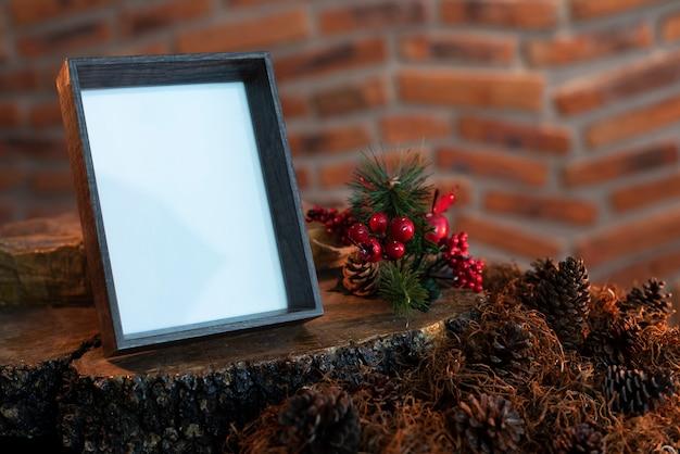Cadre photo avec composition de vacances de noël avec whiste copie espace pour le texte.
