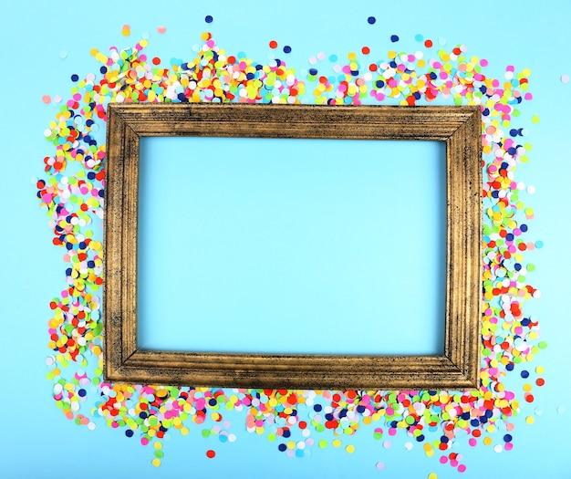 Cadre photo avec des confettis sur fond bleu