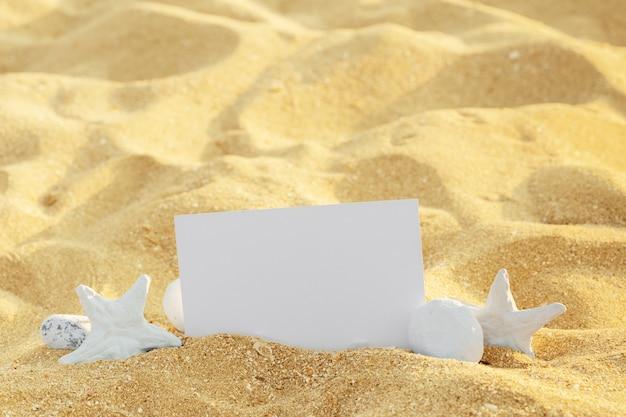 Cadre photo sur coquillages et sable avec espace copie