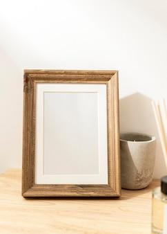 Cadre photo décoratif vierge sur table en bois