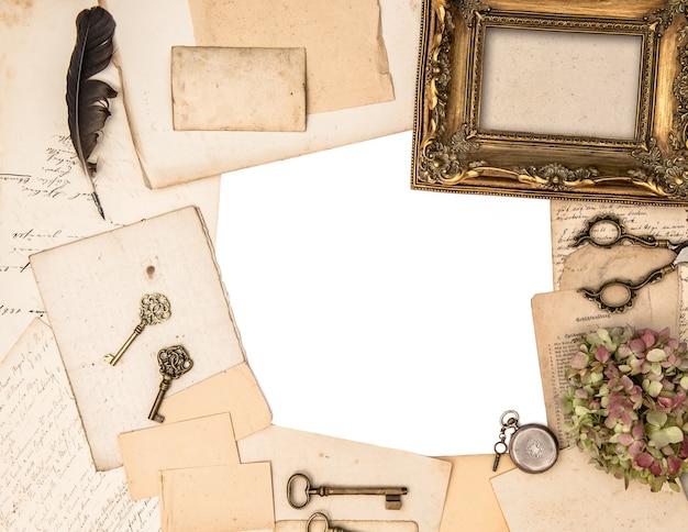 Cadre photo doré antique et accessoires de bureau vintage. mise à plat
