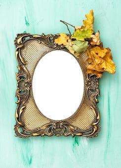 Cadre photo doré et feuilles d'automne