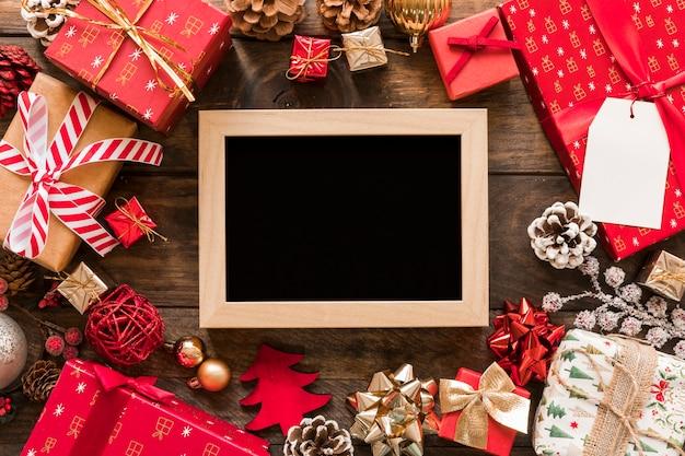 Cadre photo entre coffrets cadeaux et ensemble de décorations de noël
