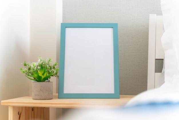 Cadre photo est à côté du lit dans la chambre