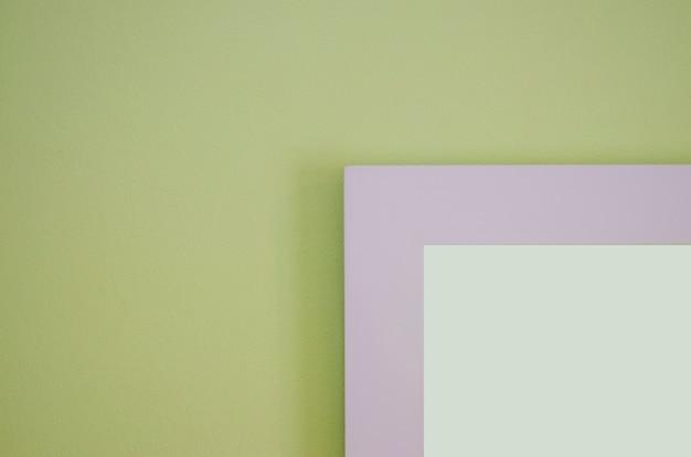 Le cadre photo est un mur de ciment vert clair avec un fond flou.