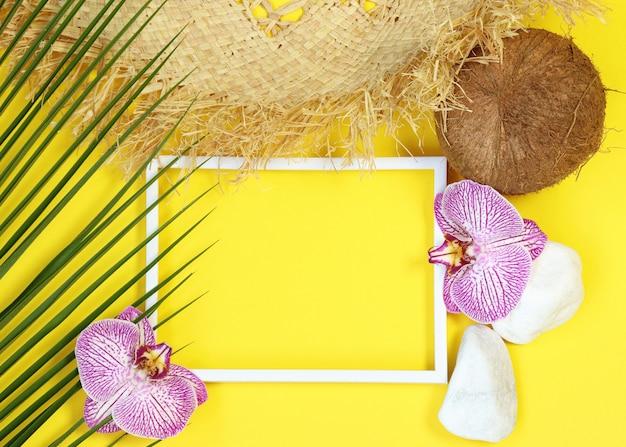 Cadre photo d'été avec des éléments tropicaux
