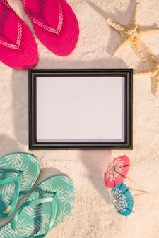 Cadre photo avec étoiles de mer et tongs