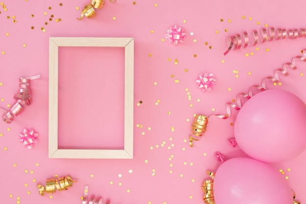 Cadre photo maquette avec un espace pour le texte, confettis d'or sur fond blanc.