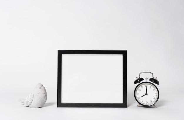 Cadre photo maquette et horloge éléments de maison de décoration intérieure.