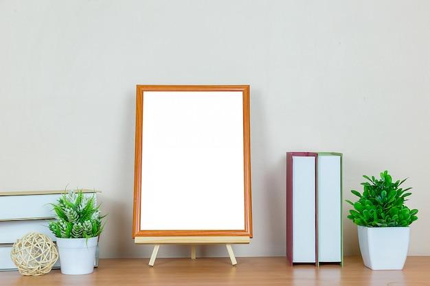 Cadre photo marron sur table en bois.