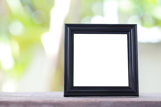 Cadre photo moderne noir sur mur en bois.