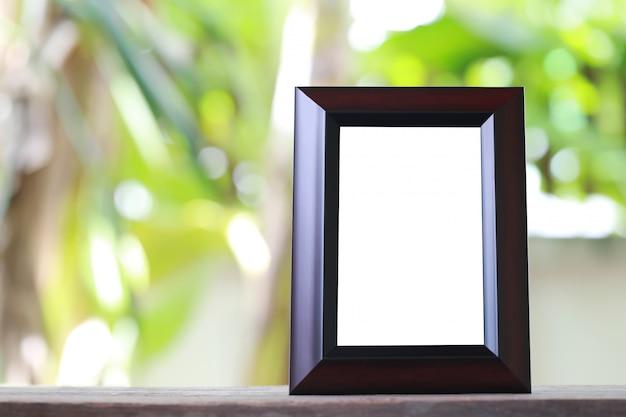 Cadre photo moderne placé sur un plancher en bois.