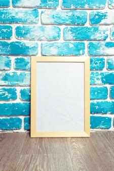 Cadre photo sur mur de briques