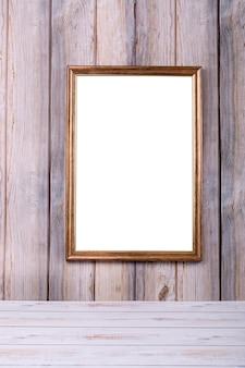 Cadre photo sur le mur sur le fond des lattes de bois