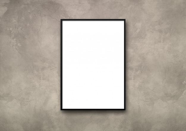 Cadre photo noir accroché à un mur de béton léger