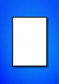 Cadre photo noir accroché à un mur bleu
