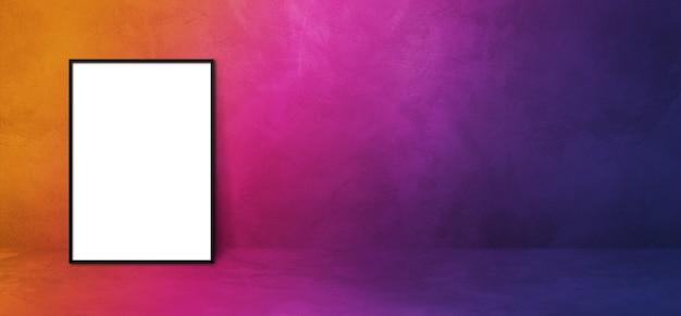 Cadre photo noir appuyé sur un mur violet. modèle de dégradé de maquette vierge. bannière horizontale