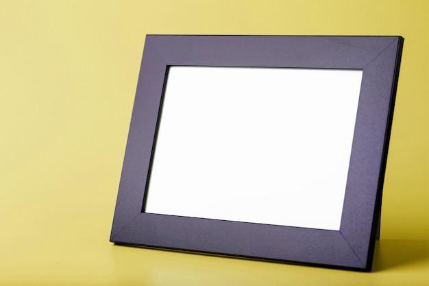 Cadre photo noir sur une surface jaune
