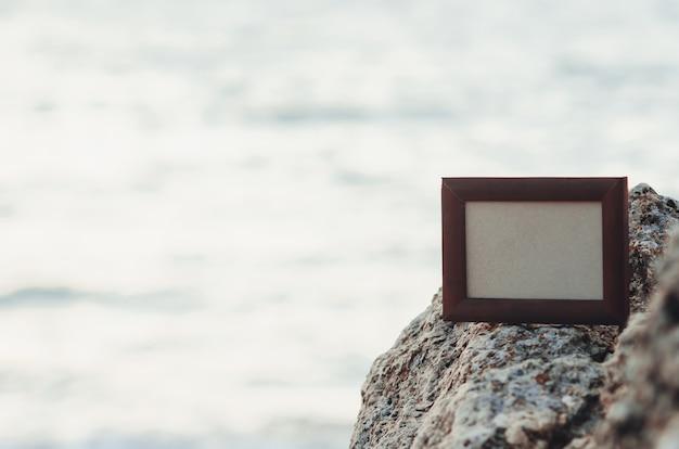 Cadre photo en pierre en été