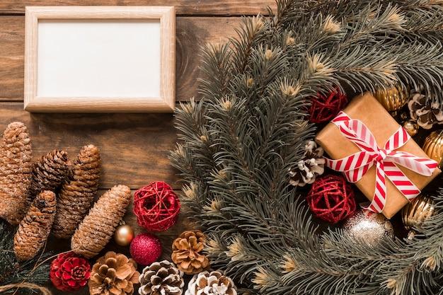 Cadre photo près de la boîte et des branches de sapin