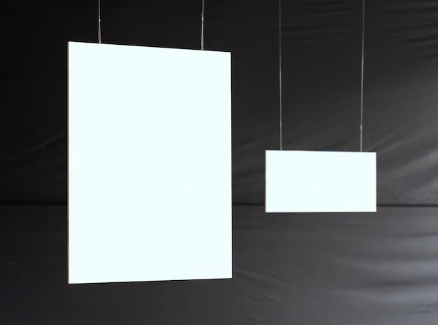 Cadre photo suspendu vide dans l'exposition d'art de la galerie