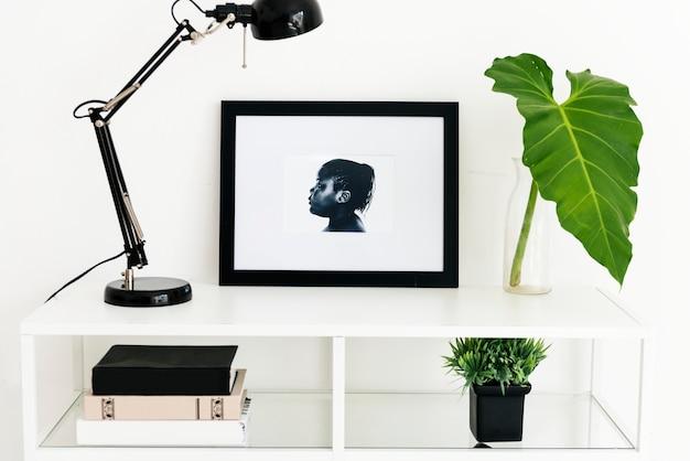 Cadre photo sur table blanche