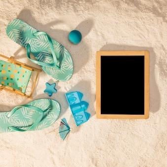 Cadre photo vertical avec attributs de plage bleus