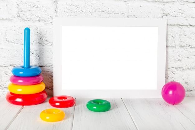 Cadre photo vide blanc contre le mur de briques. maquette avec espace de copie