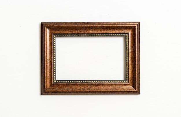 Cadre photo vide sur mur blanc