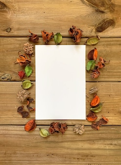 Cadre photo vide vide en arrière-plan décoré d'automne