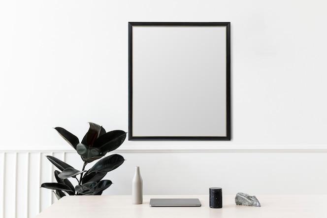 Cadre photo vierge accroché à un mur blanc