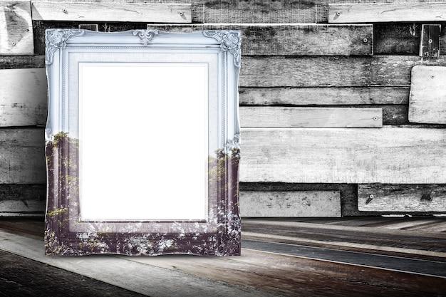 Cadre de photo vintage de superposition de nature vierge se penchant au mur de bois de planche