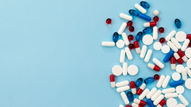 Cadre de pilules sur fond bleu